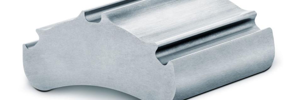 Versuchsergebnisse in der Blechbearbeitung zeigen die Stärken einer Ultra-Impact-Beschichtung auf dem Schnittstempel: Gestanzt wurde 3 mm hochfester Stahl (900 Mpa). Der verwendete Schnittstempel bestand aus 1.2379 mit 58 HRc. TiAIN-beschichtet schaffte das Werkzeug weniger als 600 Stanzteile. Mit Ultra Impact lag die Standzeit bei über 30.000 Komponenten.