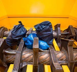 Vecoplans neuester Sackaufreißer arbeitet mit an den Rotoren festgeschweißten Schlägern. Die Säcke würden dabei schonend geöffnet und auch gleich geleert.