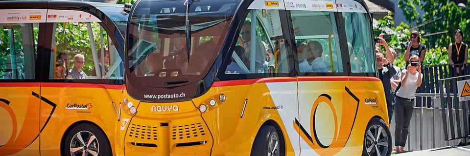 Auf dem Cebit-Gelände werden die beiden autonom fahrenden Postbusse der Schweizer Postauto AG Besucher vom Eingang West zu den Hallen 12 und 13 kutschieren.