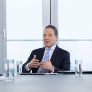 """""""Wir haben entscheidende Meilensteine beim Umbau von Lanxess hin zu einem noch stabileren und profitableren Konzern gesetzt und sind auf unserem Wachstumskurs ein gutes Stück vorangekommen. Das spiegelt sich in unseren sehr positiven Geschäftsergebnissen für 2016 wider"""", sagt Matthias Zachert, Vorsitzender des Vorstands von Lanxess."""