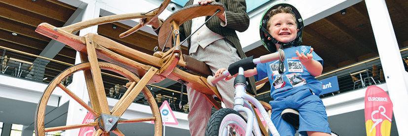 Am Prinzip des Zweiradfahrens hat sich seit der Draisine nicht viel geändert.