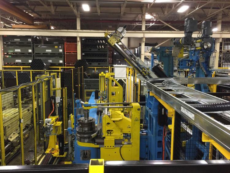 Der von Schwarze-Robitec konstruierte Schwenklader bestückt die Biegemaschine vollautomatisch mit Rohmaterial.