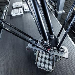 Erstmalig in Getränkeabfülllinien kommt im KHS Innodry Block ein hochdynamisches Manipulationssystem zum Einsatz, um präzise Lagenbilder zu erstellen.