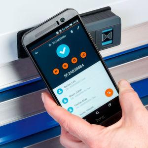 Über ein mobiles Android-Gerät mit NFC-Schnittstelle können Schlösser und Mitarbeiter bequem per App verwaltet werden.