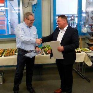 VdLB-Vorsitzender Jürgen Bickel bedankt sich bei Bernd Kunze, Kunze GmbH, für die Einladung nach Herzberg.