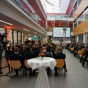 Zahlreiche Gäste aus Politik und Wirtschaft kamen im Centrum Industrial IT in Lemgo zusammen, um das Lernlabor Cybersicherheit zu eröffnen.