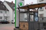 Das Gelände des Betriebs stand ursprünglich auf der grünen Wiese nahe der Frankfurter Trabrennbahn, inzwischen liegt er mitten im Wohngebiet. Im Vordergrund das Pförtnerhäuschen an der Einfahrt zum Betriebsgelände von Anfang der 60er Jahre.