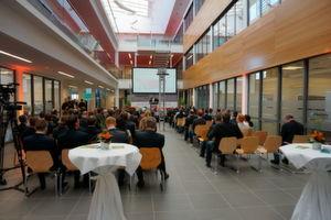 Zahlreiche Gäste aus Politik und Wirtschaft nahmen im Centrum Industrial IT in Lemgo der Eröffnung des Lernlabors Cybersicherheit teil.