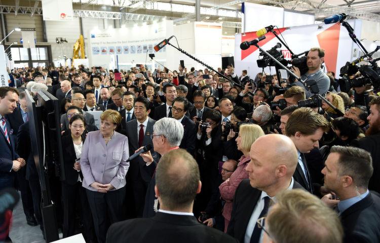 Traditioneller Eröffnungsrundgang der Kanzlerin. Hier bei Kobe Steel, Halle 12/D04.