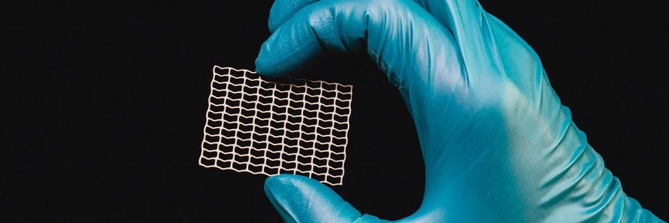 Fotochemisches Ätzen von Titan erlaubt gratfreie Kanten