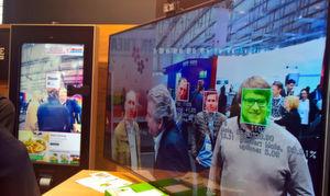 Das System von Sensape erfasst Personen im Blick der Kamera und analysiert sie auf bestimmte Merkmale, hier z. B. Gender. Anschließend werden die Bilder wieder gelöscht. Links im Hintergrund eine Rezept-Präsentation durch den Brand Ambassador.