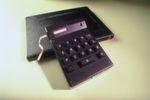"""Der erste elektronische, tatsächlich handflächengroße Taschenrechner wurde 1967 von Texas Instruments entwickelt. Dieser Prototyp, der am 29. März 1967 von Jack Kilby, Jerry Merryman und James Van Tassel fertiggestellt wurde, war für damalige Verhältnisse tatsächlich winzig. Ihre Erfindung hat einen entscheidenden Vorteil: Im Texas-Taschenrechner steckt ein System integrierter Schaltkreise, ein Mikrochip. Den hatte Ingenieur Jack Kilby schon Jahre zuvor im selben Labor von Texas Instruments entwickelt. Doch jahrelang erkennt niemand das Potenzial dieser Erfindung, heute Grundlage der Informationstechnologie. Anfangs glauben die Ingenieure selbst nicht so recht an die Massentauglichkeit ihrer Erfindung. Jerry Merryman erinnerte sich so: """"Ich dachte, dass ein paar Buchhalter den Rechner benutzen würden. Und vielleicht könnten ein paar Ingenieurs-Studenten sie als Geschenk bekommen.' Dass mit dem klobigen Rechenkasten eine Revolution begann, habe er """"erst später' begriffen. // ED"""