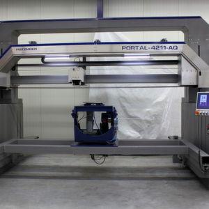 Vollautomatische Portalschleifmaschine zur Oberflächenbearbeitung von sehr großen (bis 4 m x 2 m x 2 m) und schweren (bis 1,5 t) Edelstahlbauteilen.