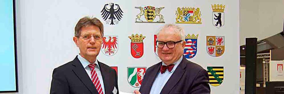 Staatssekretär Klaus Vitt (links) und Staatsrat Henning Lühr stellten auf der CeBIT das gemeinsame Projekt eRechnung vor
