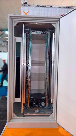Die auf der CeBIT vorgestellte Grundeinheit für ein Mikrorechenzentrum von Vertiv hält Feuer, Wasser und Einbrechern stand.