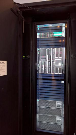 Das Mikrorechenzentrum von HPE wurde im Herbst 2016 angekündigt und auf der Cebit 2017 gezeigt. Das System ist für In- und Outdoor-Montage erhältlich.