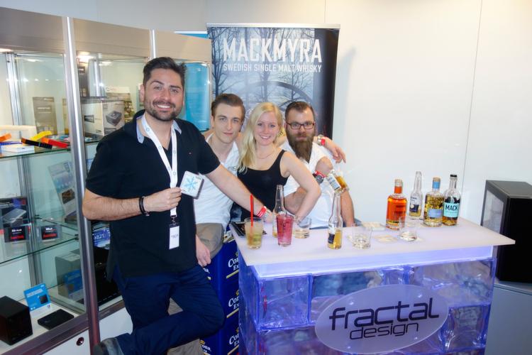 (l.) Timo Kusian und sein Team, Markensturm, haben schwedischen Whiskey zum Probieren.