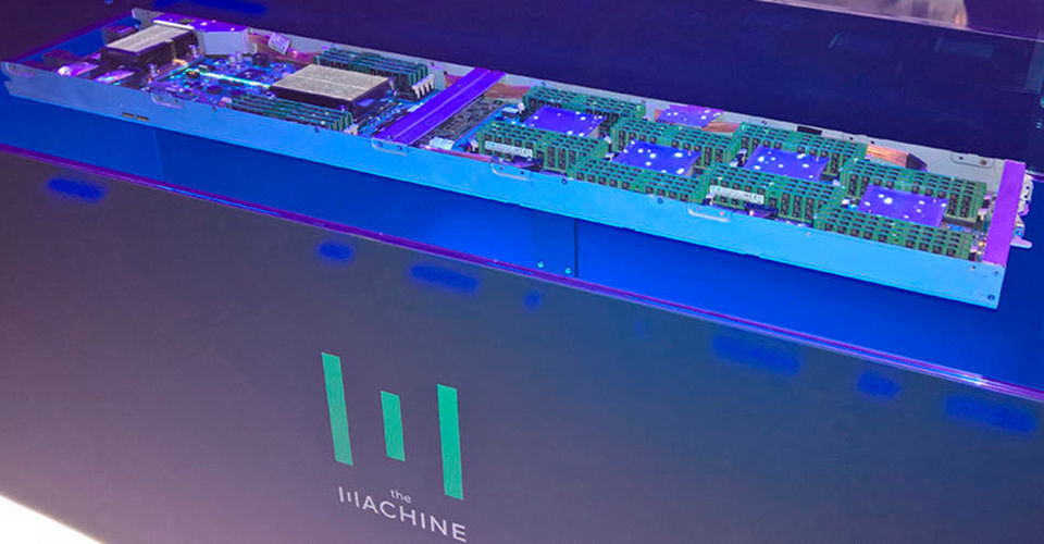 Das erste The-Machine-Nodeboard von HPE wirde auf der CeBIT 2017wie ein wertvolles Schmuckstück in blauem Schummerlicht präsentiert.