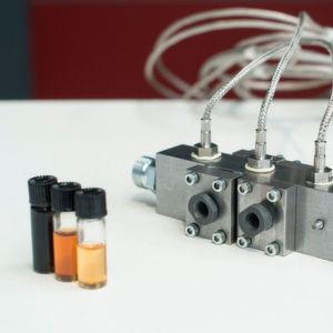 Neues System zur Schmieröl-Überwachung während des Betriebs: Das Öl fließt durch zwei Sensormodule in eine Messzelle, wo es mit Infrarotlicht durchleuchtet wird. Verschiedene Sensorelemente fangen das Licht auf und werten die acht unterschiedlichen spektralen Bereiche aus. So lassen sich Rückschlüsse auf den Zustand des Schmierstoffs ziehen.