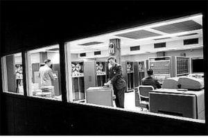 Offenbar haben viele ein solches System im Kopf, wenn sie über Mainframes sprechen. Das ist das IBM-System 709 aus dem Jahr 1957.
