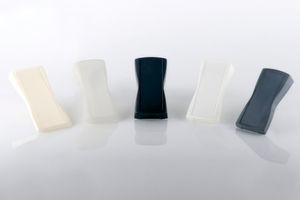 Für jedes Gehäuse das passende Verfahren: Prototypen in der Übersicht, verwendete Verfahren von links nach rechts sind Fused Deposition Modeling (FDM), Stereolithografie (STL), Vakuumgießen, selektives Lasersintern (SLS) und gefinishter Vakuumguss.