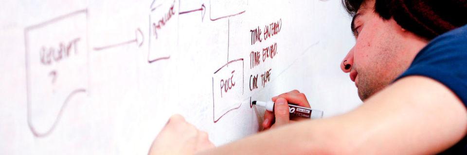 Als Fachinformatiker der Anwendungsentwicklung lernt man neben den theoretischen Grundlagen auch betriebliche Abläufe kennen.