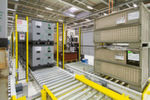 Klein und groß: Die Ladungsträger in der Intralogistik sind auf einheitliche Abmessungen abgestimmt. Rechts zwei Gitterboxen, links Behälter auf Kunststoffpaletten.