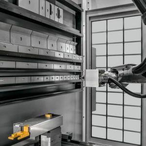 Im Inneren der Xpert arbeitet ein 6-achsiger Roboterarm, der auf ein ebenfalls integriertes Werkzeugmagazin zugreift, in dem ein großzügiger Vorrat an Biegewerkzeugen untergebracht ist.