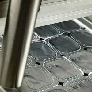 Effiziente Verpackungskennzeichnung in Trays per Inkjet-Drucker.