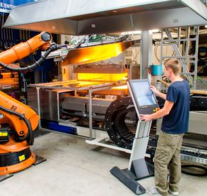 """Das ILK der TU Dresden bildet den großserientauglichen Prozess zur Compositeteileherstellung ab. Informationen zu diesem, und vielen weiteren Aspekten rund um die Funktionsintegration in Multimaterialsysteme, gibt es am 9. und 10. Mai im Rahmen einer VDI-Fachtagung namens """"Composites effizient verarbeiten"""" in Heidelberg."""