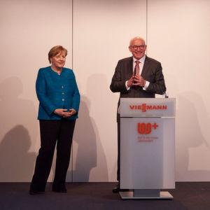 Bundeskanzlerin Dr. Angela Merkel und Prof. Dr. Martin Viessmann bei der Eröffnung des neuen Forschungs- und Entwicklungszentrums im Rahmen des 100-jährigen Jubiläums des Unternehmens.