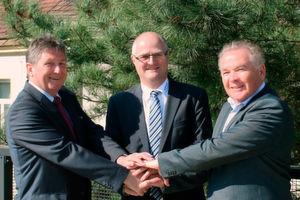 Ein Handshake besiegelt den Zusammenschluss (v.l.): Günther Laber (GF Metasyst), Konrad Eberle (GF LTW) und Karl Kaufmann (GF Metasyst).
