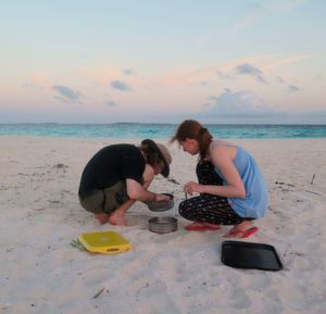 Am Strand der Insel Vavvaru sieben Bayreuther Studierende den Sand aus. Nur Partikel, die größer als ein Millimeter sind, werden später im Labor auf der Insel untersucht.