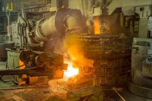 Swiss Steel produziert seine Stahlprodukte im Elektrolichtbogenofen und setzt dafür sortenreinen Stahlschrott ein. Im Vergleich zur Verhüttung von Eisenerz fallen dabei deutlich weniger CO2-Emissionen je Tonne Rohstahl an.