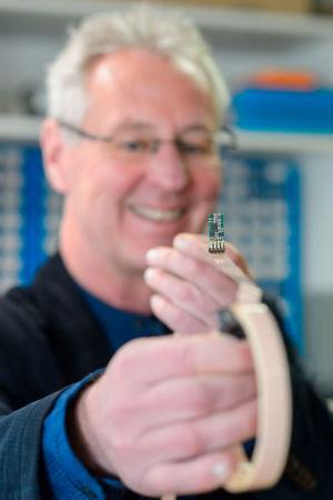 Das Sensorkabel erfasst einige Meter um sich herum alles, was das Erdmagnetfeld ändert. Normalerweise liegt der Sensor flach auf dem Kabel.