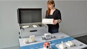 Jennifer Brade von der Professur für Werkzeugmaschinen und Umformtechnik der TU Chemnitz bereitet die Modellfabrik für ihren Messe-Einsatz vor.