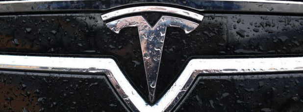 Die IG Metall fordert von Tesla für die Mitarbeiter des deutschen Maschinenbauers Grohmann einen Tarifvertrag und drohte zuletzt mit Streik. Elon Musk will jedem Tesla-Grohmann-Mitarbeiter mit einer Einmalzahlung und einem Aktienpaket entgegen kommen.