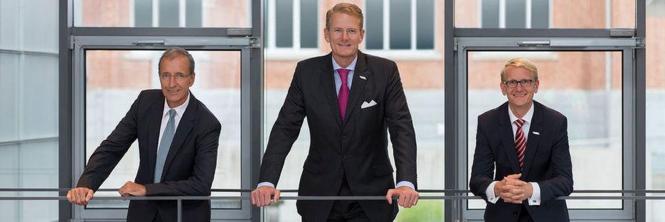 Vorstandsfoto aus vergangenen Tagen: Dr. Joachim Schulz (li.) soll die Lücke schließen, die Prof. Dr. Hanns-Peter-Knaebel als Vorstandsvorsitzender hinterlassen hat. Rechts im Bild: Aesculap-Vorstand Dr. Jens Lackum.