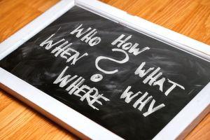 Fragen über Fragen – aber welche davon bringen Sie im Vertrieb wirklich weiter? Oliver Schumacher stellt in seinem Video fünf Fragen vor, die Ihnen im Verkauf im Weg stehen könnten.