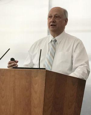 """Dr. Rick Pimpinella: """"In den vergangenen Jahren lag der Fokus bei der Entwicklung von Datennetzen im Wesentlichen auf der Verbesserung von Mobilfunk- und Festnetzen der Telekommunikationsbranche, um Industrie und private Nutzer den Konsum von großen Dateien zu ermöglichen und um die benötigte Performanz zu sichern. Das aber führt nun zu Flaschenhälsen in den Rechenzentren, sowohl in Bezug auf die Bandbreite als auch bezogen auf Latenzen. Wir brauchen neue Standards für die Hochgeschwindigkeitskommunikation in den Datacenter."""""""