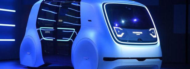 """Neben einem Lamborghini, einen schneeweißen Bentley, lässt der Volkswagen-Konzern auch voll elektrische Autos zur Shanghaier Automesse vorfahren. Am Ende aber ist es """"Sedric"""", um den sich die meisten Gäste scharen."""
