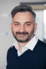 Marco Di Filippo, Senior Cyber Security Engineer von Koramis: 'Faktisch jedes Gerät in einer Fabrik wird in Zukunft über eine IP-Adresse erreichbar sein – auch für Hacker, die nun vernetzte IoT-Systeme und Produktionsanlagen ins Visier nehmen könnten.'