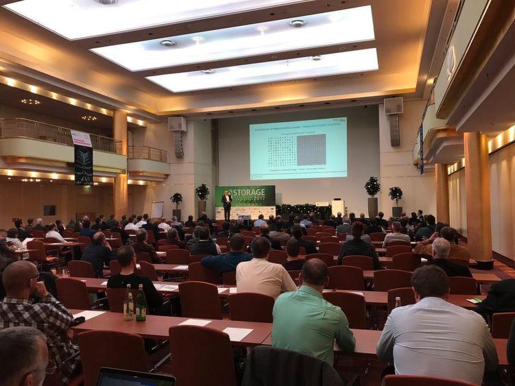Dr. Köster gab bei seiner Keynote einen Ausblick in die nähere und fernere Entwicklung von Storage-Hardware