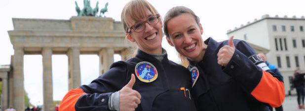"""Die Gewinnerinnen des Wettbewerbs """"Die Astronautin"""", Insa Thiele-Eich (l) und Nicole Baumann. IDie beiden Deutschen sollen bis zum jahr 2020 fit für einen Flug zur ISS gemacht werden. Wer von den beiden den Flug antreten wird, wird sich in den kommenden Jahren entscheiden."""