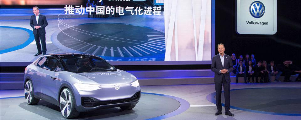 """Auf der """"Auto Shanghai 2017"""" stellt der Volkswagen-Konzern drei Elektrofahrzeuge vor. Im Bild VW-Markenvorstand Dr. Herbert Diess mit dem Konzeptfahrzeug I.D. Crozz."""