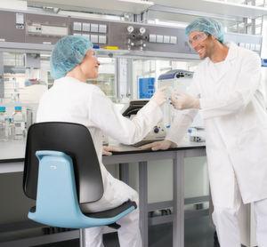 Abb.1: Der richtige Stuhl sorgt für Sicherheit im Labor und ermöglicht dem Anwender ein ergonomisches Arbeiten.