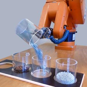 Sprachgesteuerter Roboter kann Material und Prozesszustände hören