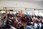 Knackvoll präsentiert sich der Showroom. Im nächsten Jahr wird es noch enger, wenn die ersten Straßenmaschinen von Husqvarna dazukommen.