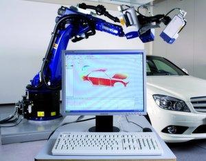 Bild 1: Der Roboter mit Vibrometer ermöglicht das automatische Aufnehmen von tausenden von Messwerten zum Schwingungsverhalten von Karosserien.