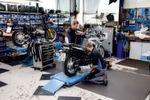 Mit dem Zweiventil-Boxer (hinten) fing bei Schäufele alles an. Heute repariert man auch moderne BMW-Modelle und markenfremde Produkte.